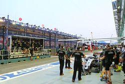 Sergio Perez, Sahara Force India F1 VJM08 nelle pit lane