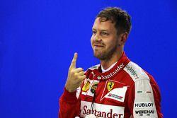 Sebastian Vettel, Ferrari celebra su pole position en parc ferme