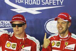 Terceiro Kimi Raikkonen, Ferrari no parc ferme com o pole Sebastian Vettel