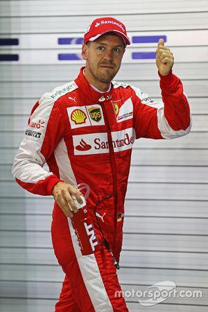 El ganador de la pole Sebastian Vettel, Ferrari