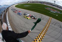 Inicio: Kyle Larson, JR Motorsports Chevrolet lider