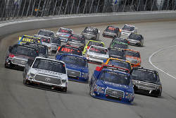 Reinicio: Johnny Sauter, ThorSport Racing Toyota y Tyler Reddick, Brad Keselowski Racing Ford lider