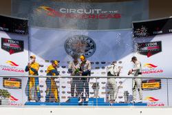 GTD podio: Raza ganador # 33 Riley Motorsports SRT Viper GT3-R: Ben Keating, Jeroen Bleekemolen, Seg