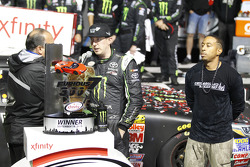 Ganador de la carrera Kyle Busch, Joe Gibbs Racing Toyota y el rapero Ludacris
