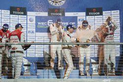 Podium: les vainqueurs Timo Bernhard, Mark Webber, Brendon Hartley, Porsche Team fêtent leur victoire sur le podium