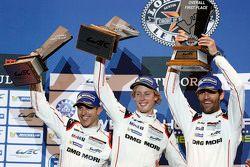 Podyum: Kazanan Timo Bernhard, Mark Webber, Brendon Hartley, Porsche Takımı