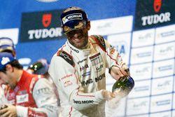 Mark Webber, Porsche Team fête sa victoire sur le podium