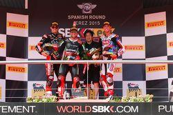 Podium Course 1 : le deuxième, Chaz Davies, Ducati Team, le vainqueur Tom Sykes, Kawasaki, et le troisième, Michael van der Mark, Pata Honda