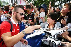 Will Stevens, Manor F1 Takımı hayranları için imza dağıtıyor