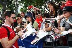 Alexander Rossi, Manor F1 Team firma autografi ai fans