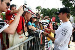 Nico Rosberg, Mercedes AMG F1 Team, schreibt Autogramme für die Fans