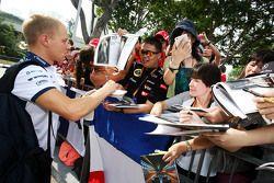 valtteri Bottas, Williams hayranları için imza dağıtıyor
