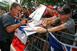 Eddie Jordan, BBC-Experte, schreibt Autogramme für die Fans