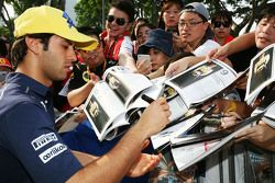 Felipe Nasr, Sauber F1 Team signs autographs for the fans