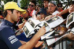 Felipe Nasr, Sauber F1 Team, schreibt Autogramme für die Fans
