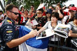 Christian Horner, Red Bull Racing, Teamchef, schreibt Autogramme für die Fans