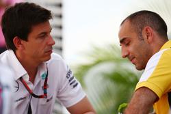 Тото Вольф, Mercedes AMG F1 и Сирил Абитебуль, управляющий директор Renault Sport F1