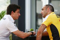Toto Wolff, Azionista e Amministratore Delegato Mercedes AMG F1 con Cyril Abiteboul, Consigliere del