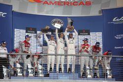 Podio: i vincitori della gara Timo Bernhard, Mark Webber, Brendon Hartley, Porsche Team, i secondi c
