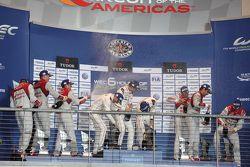 Podium : les vainqueurs Timo Bernhard, Mark Webber, Brendon Hartley, Porsche Team, les deuxièmes, Marcel Fässler, Andre Lotterer, Benoit Tréluyer, Audi Sport Team Joest, les troisièmes, Lucas di Grassi, Loic Duval, Oliver Jarvis, Audi Sport Team Joest