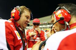Kimi Raikkonen, Ferrari op de grid met ingenieur Dave Greenwood