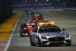 Sebastian Vettel, Ferrari SF15-T al comando dietro la Safety Car FIA