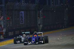 Marcus Ericsson, Sauber C34 sorpassa Lewis Hamilton, Mercedes AMG F1 W06