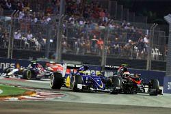 Marcus Ericsson, Sauber C34 e Jenson Button, McLaren MP4-30, brigam por posição