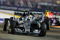 Nico Rosberg, Mercedes AMG F1 W06 davanti al suo compagno di squadra Lewis Hamilton, Mercedes AMG F1