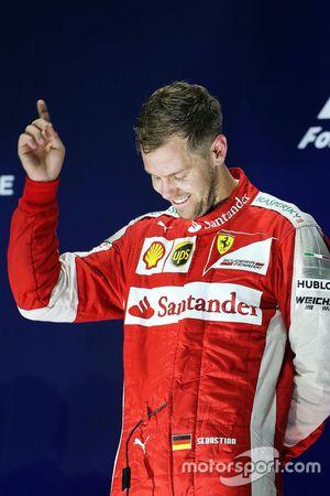 Le vainqueur Sebastian Vettel, Ferrari fête sa victoire sur le podium