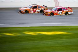 Kyle Larson, HScott Motorsports Chevrolet e Daniel Suarez, Joe Gibbs Racing Toyota