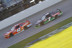 Kyle Larson, HScott Motorsports Chevrolet e Regan Smith, JR Motorsports Chevrolet