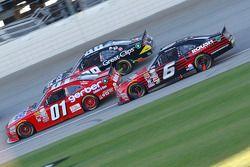 Darrell Wallace Jr., Roush Fenway Racing Ford y Landon Cassill, JD Motorsports Chevrolet y Kasey Kah