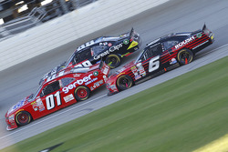 Darrell Wallace Jr., Roush Fenway Racing Ford y Landon Cassill, JD Motorsports Chevrolet y Kasey Kah