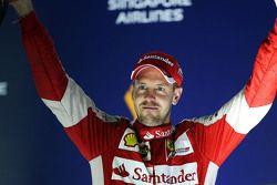 Il vincitore della gara Sebastian Vettel, Ferrari festeggia sul podio