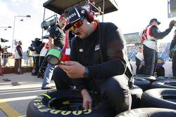 I meccanici della Hscott Motorsports controllano la pressione degli pneumatici