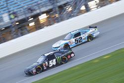 Kyle Busch, Joe Gibbs Racing Toyota e Joey Gase, Jimmy Means Racing Chevrolet
