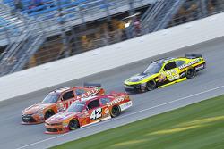 Kyle Larson, HScott Motorsports Chevrolet and Daniel Suarez, Joe Gibbs Racing Toyota and Paul Menard