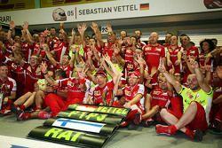 Le vainqueur Sebastian Vettel, Ferrari et le troisième, Kimi Raikkonen, Ferrari fêtent le résultat avec l'équipe