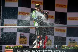 Le vainqueur Tom Sykes, Kawasaki