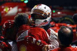 Il vincitore Sebastian Vettel, Ferrari festeggia nel parco chiuso