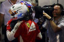 Le vainqueur Sebastian Vettel, Ferrari fête sa victoire dans le Parc Fermé avec le deuxième, Daniel Ricciardo, Red Bull Racing