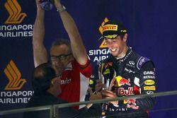 Daniel Ricciardo, Red Bull Racing festeggia la seconda posizione sul podio