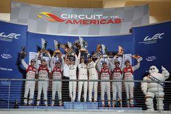 منصة التتويج: الفائز السيارة رقم 17 فريق بورشه 919 الهجينة: تيمو بيرنهارد، مارك ويبر، برندون هارتلي