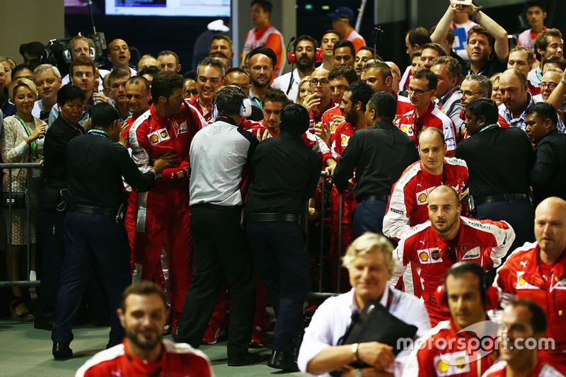 Confusão entre membros da Ferrari e equipe de segurança no parque fechado