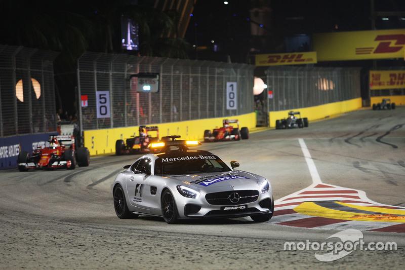 Sebastian Vettel, Ferrari SF15-T mène derrière la voiture de sécurité