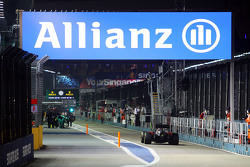 Fernando Alonso, McLaren MP4-30 rentre aux stands