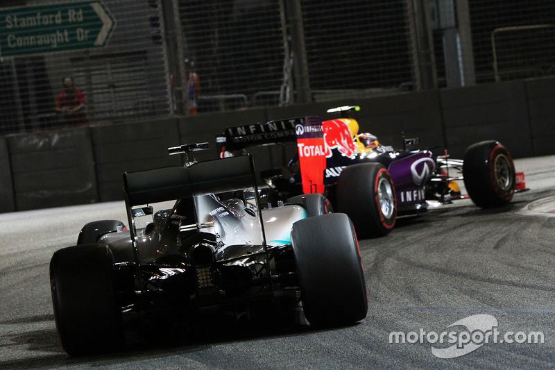 Daniil Kvyat, Red Bull Racing RB11, vor Lewis Hamilton, Mercedes AMG F1 W06