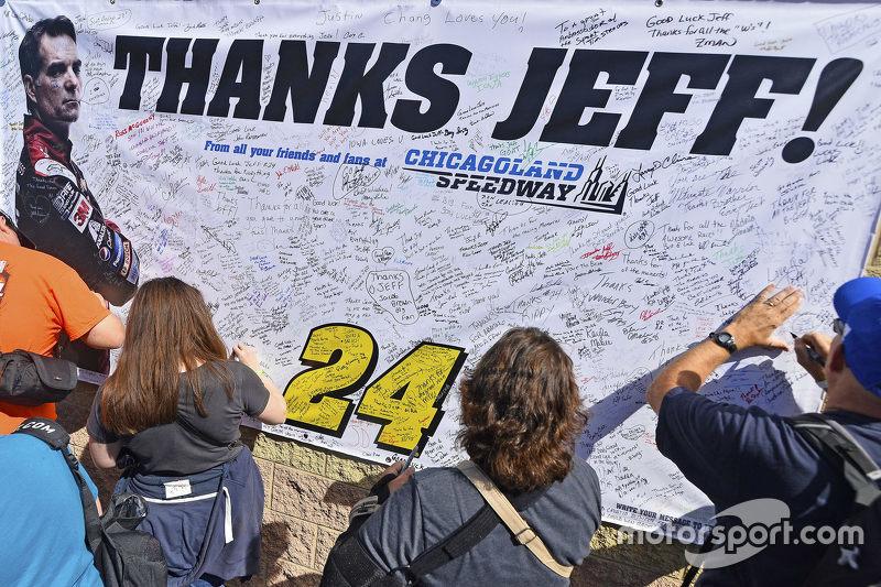 Aficionados firman cosas para Jeff Gordon, Hendrick Motorsports