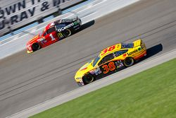 David Gilliland, Front Row Motorsports Ford; Jamie McMurray, Chip Ganassi Racing Chevrolet